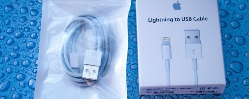 Links das nachproduzierte Lightningkabel, rechts das Original von Apple